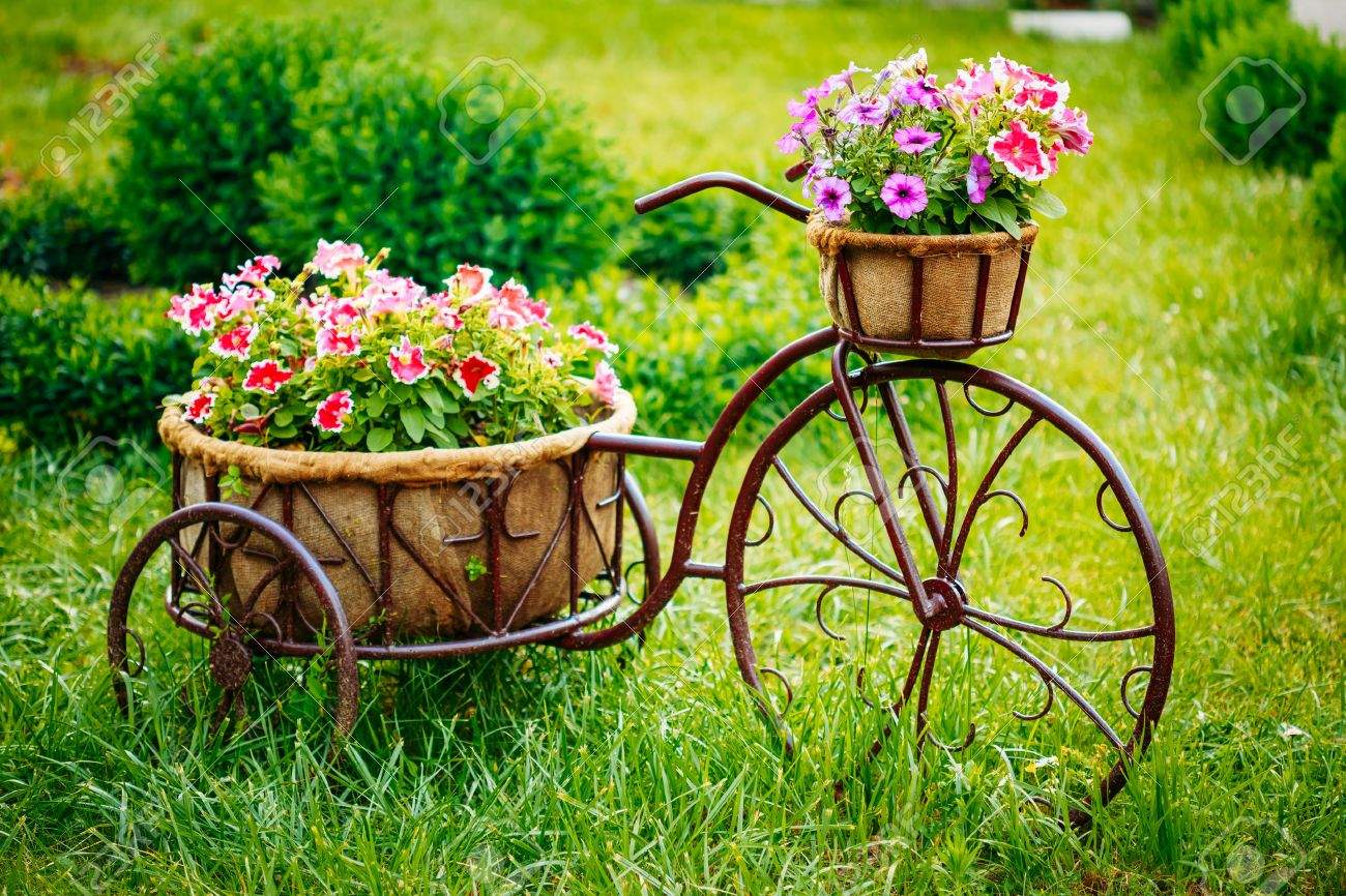 photo dekorative weinlese modell old bicycle ausgestattet korb blumen garten önten foto