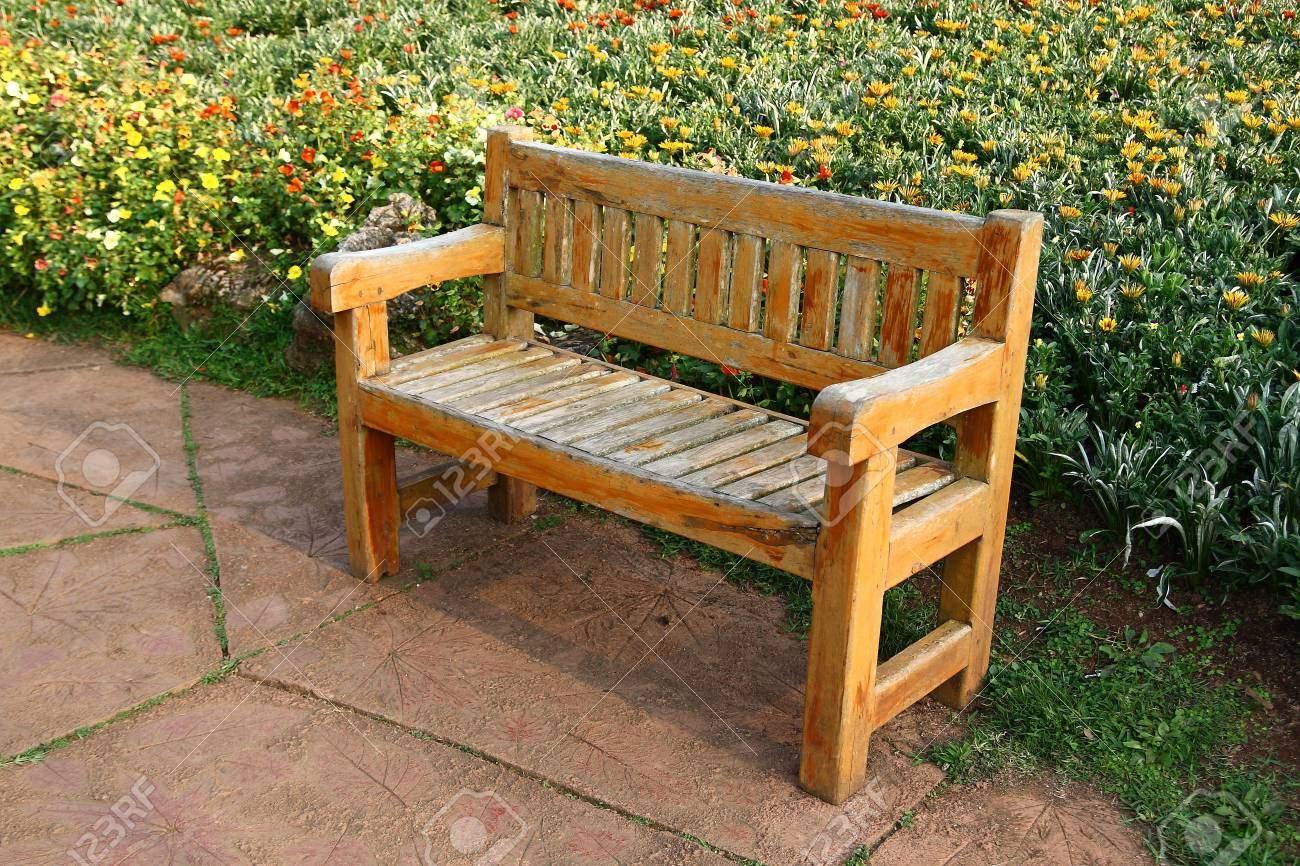 photo wooden bench in the garden