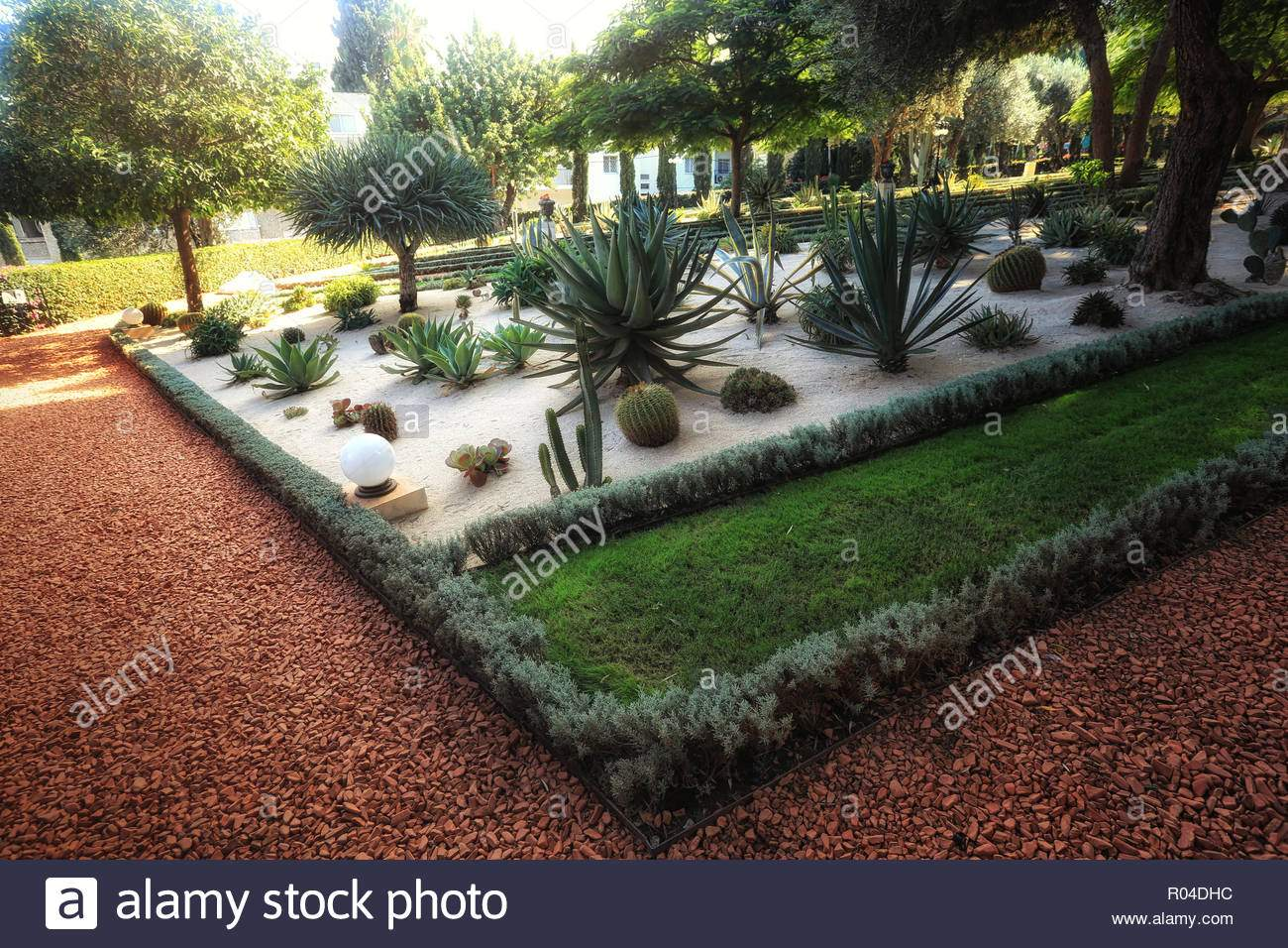 bahai garten in haifa in israel es ist ein ort wo menschen schone garten blumen und andere pflanzen bewundern r04dhc