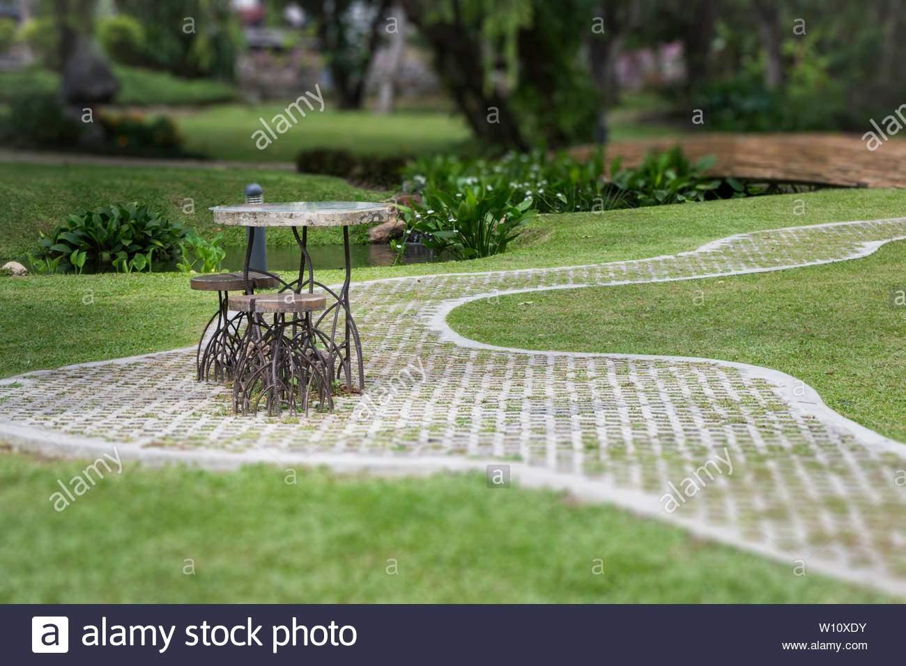 Schöner Garten Das Beste Von Schöner Garten Mit Wanderweg Im sommer Foto Stockfoto Bild