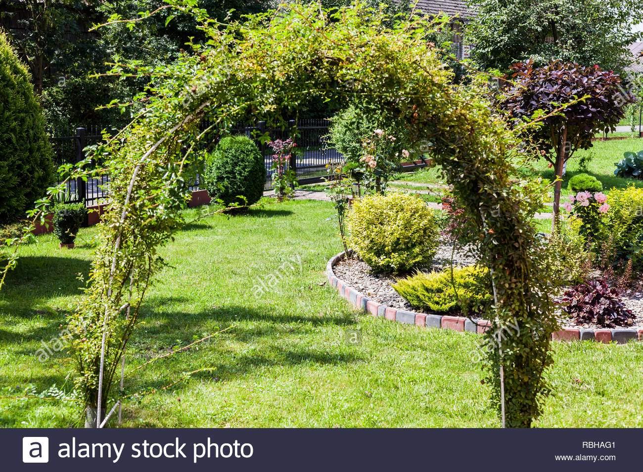 Schöner Garten Schön Schöner Garten Mit Grünem Gras Und Mit Grünen Sträuchern