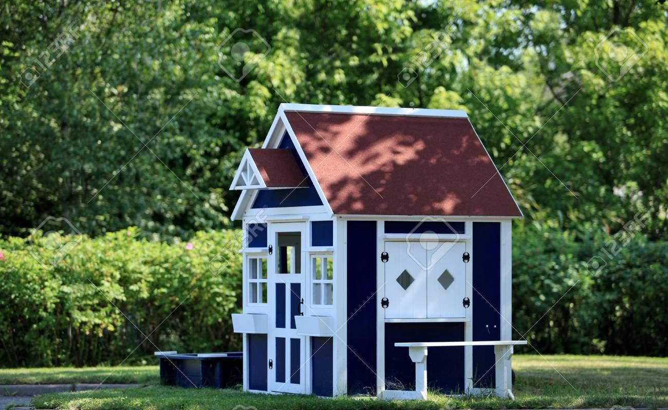 photo spielhaus im garten für kinder