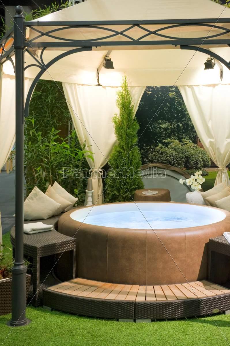Whirlpool Garten Elegant Lizenzfreies Foto überdachter Whirlpool In Einem Garten