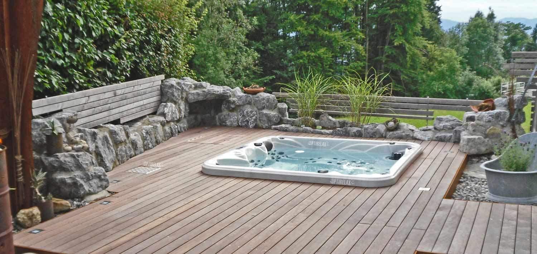 Eingebauter Gartenwhirlpool Whirlpool eingelassen in der Terrasse