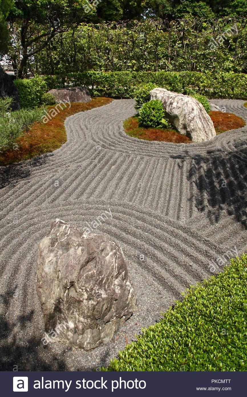 japanischer zen garten in kyoto mit grossen steinen und geharkter kies pkcmtt