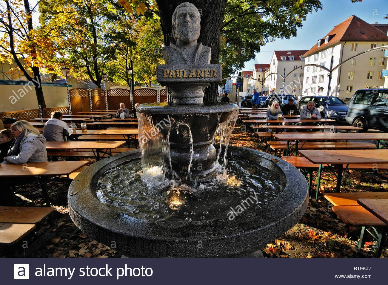 paulaner brunnen in einem biergarten neben der auer dult messe munich bavaria germany europe bt9kj7